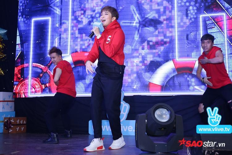 Mở đầu buổi offline, Gil Lê đã khuấy động sân khấu với ca khúc Shake It Up.