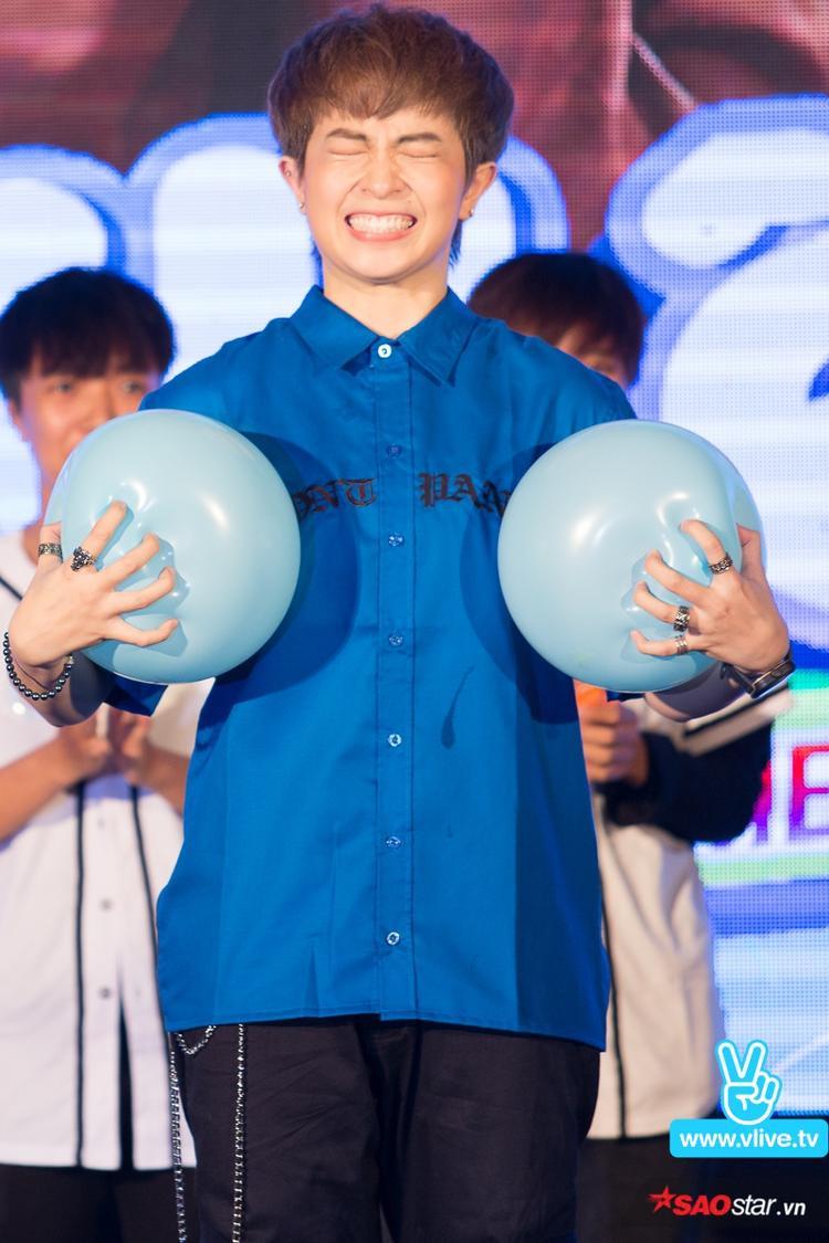 Biểu cảm đáng yêu của Gil Lê khi tham gia trò chơi.