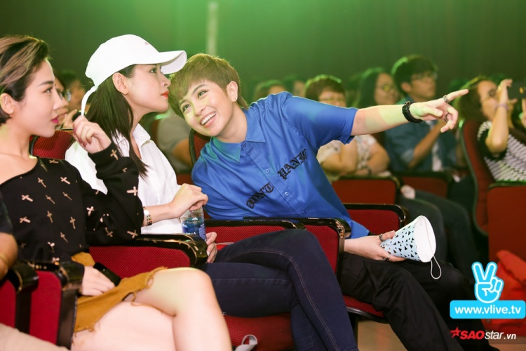 Gil Lê và Chi Pu phấn khởi khi ngồi theo dõi một tiết mục vô cùng đặc biệt đến từ các bạn FC.