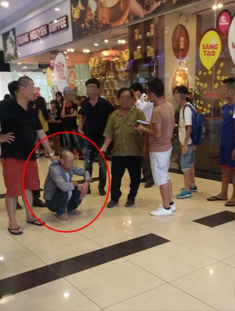 Người đàn ông bị bắt giữ trong trung tâm thương mại.