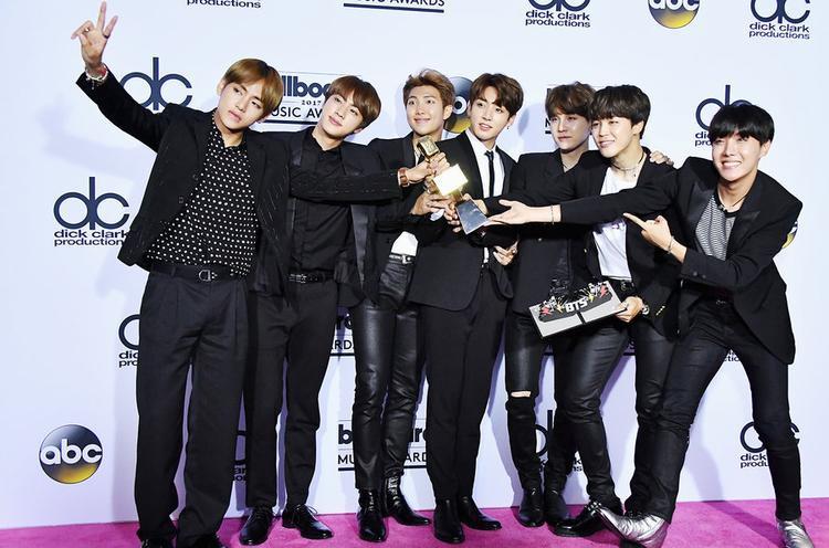 BTS là nhóm nhạc Hàn Quốc đầu tiên được nhận giải thưởngTop Social Artist tại Billboard Music Award.