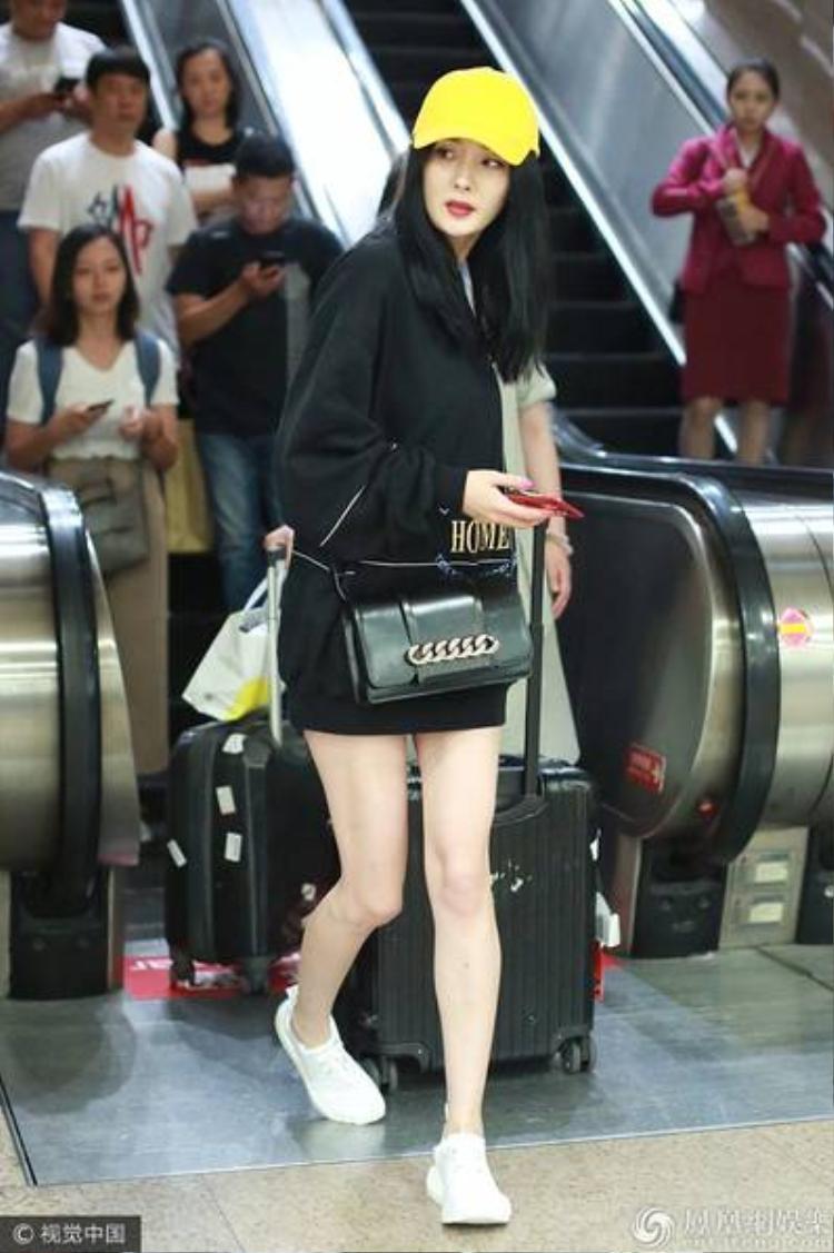 Hình ảnh bận rộn thường thấy của Dương Mịch tại sân bay.