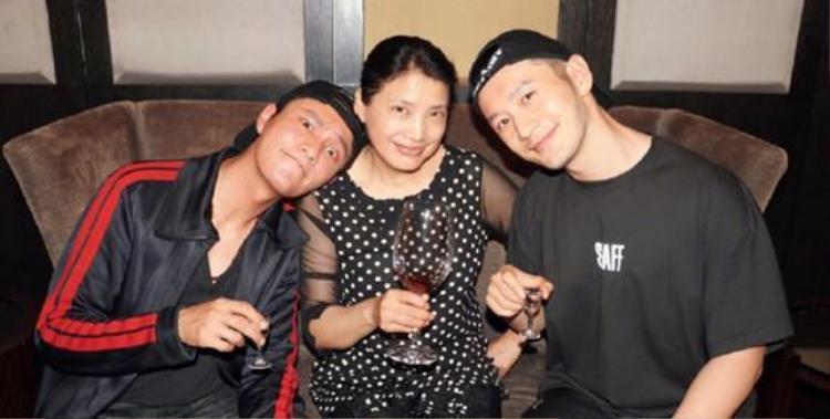 Trần Khôn cùng Huỳnh Hiểu Minh sum họp bên cô Thôi kỷ niệm 20 năm ngày họp lớp.