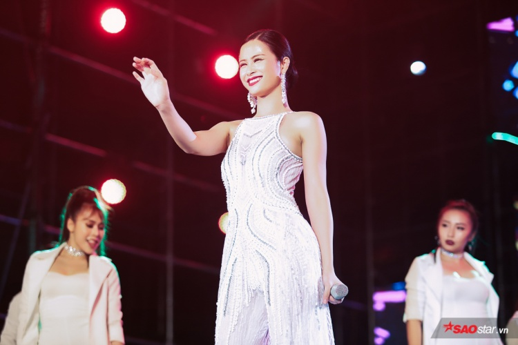 Nữ ca sĩ xinh đẹp trong bộ cánh trắng thướt tha, hút hết mọi ánh nhìn.