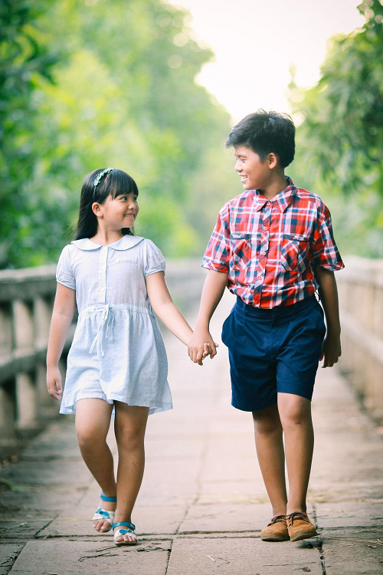 Hai bé Minh Khang - Hà Mi đã chiếm trọn tình cảm của Thanh Duy khi xem Cô gái đến từ hôm qua.