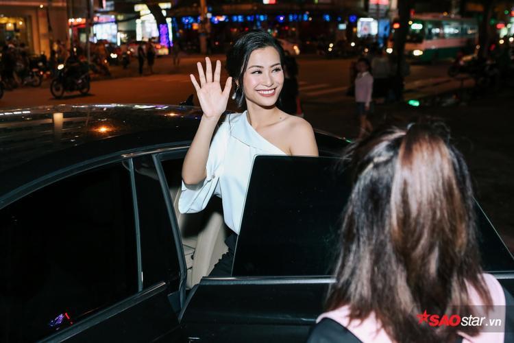 Nữ ca sĩ vội ra xe để tiếp tục lịch trình.