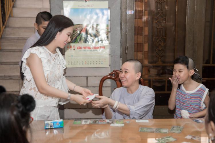 Nữ ca sĩ trao quà tận tay cho đại diện chùa Từ Hạnh.