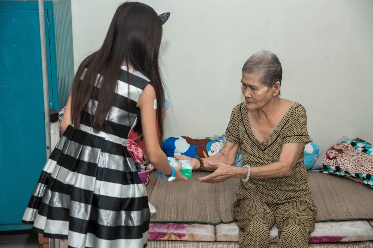 Con gái ca sĩ Hà Phương lễ phép chào hỏi, trò chuyện và trao quà cho các cụ già.