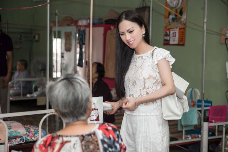 Nữ ca sĩ diện trang phục giản dị trong hoạt động thiện nguyện lần này.
