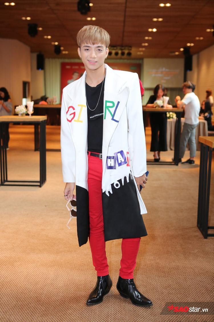 Soobin Hoàng Sơn gây ấn tượng bởi trang phục trẻ trung, ấn tượng.