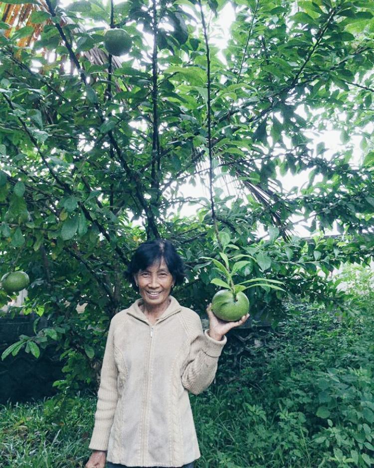 Cô Phan Thị Ngọc Hạnh rạng rỡ chụp hình sau khi di chuyển trong mưa nhiều giờ đồng hồ.