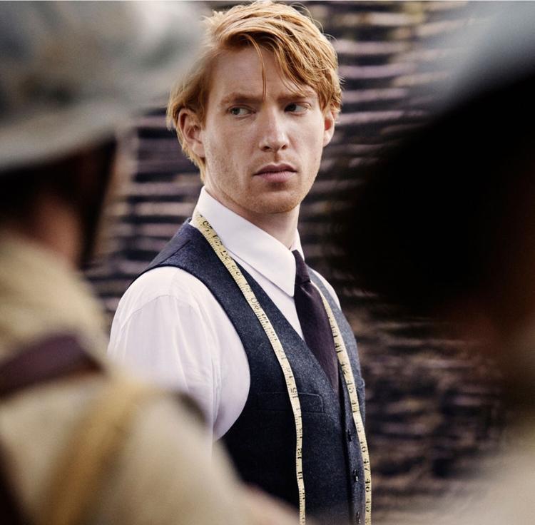 … nay Domhnall Gleeson trở thành bác sĩ Faraday.
