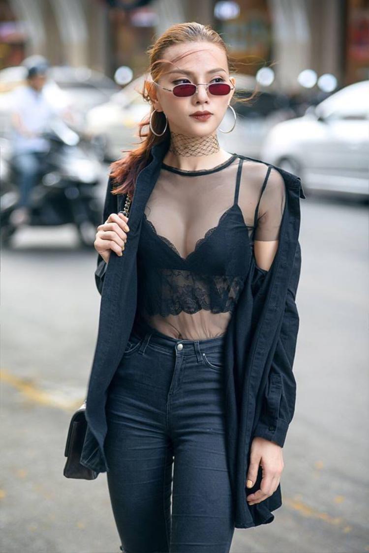 Cô dùng chúng tô điểm cho street style sành điệu hơn.