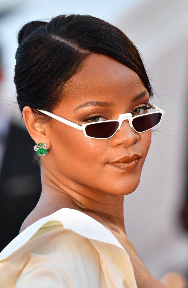 Rihanna từng đeo mắt kính nhỏ xinh - gọng trắng và được cô lăng xê trên thảm đỏ tại Cannes 2017.