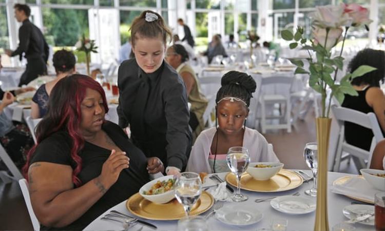 Phải hủy hôn, cô dâu hụt chiêu đãi hàng trăm người vô gia cư bữa tiệc cưới với tổng chi phí 30.000 USD