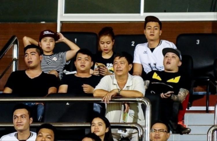 Hoàng Thùy Linh bị bắt gặp đi xem bóng đá với Vĩnh Thụy.