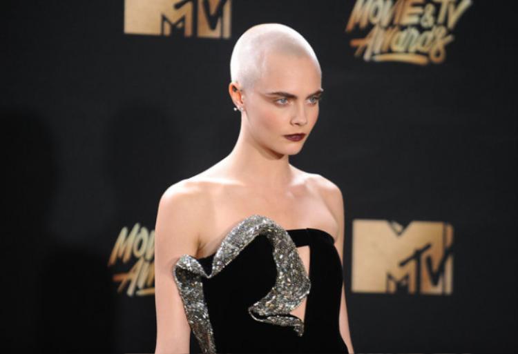 Lần này thì nữ diễn viên để nguyên quả đầu không tóc chất chơi của mình, môi trầm ấn tượng với makup look vừa phải. Mang đến tổng thể hoàn hảo cho lần xuất hiện. Rõ ràng gout thời trang của Cara không phải dạng vừa.