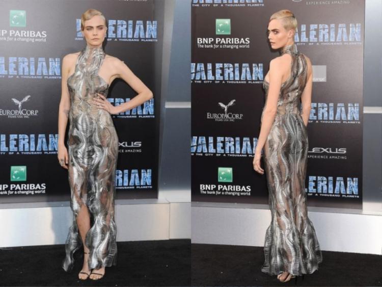 Chiếc váy ấn tượng Cara diện, với thiết kế hướng tới tương lai, những đường gợn sóng tạo hiệu ứng thị giác tưởng như kín đáo nhưng lại vô cùng sexy tôn lên vóc dáng mảnh mai,cầu kỳ nhưng vẫn thật tinh tế.