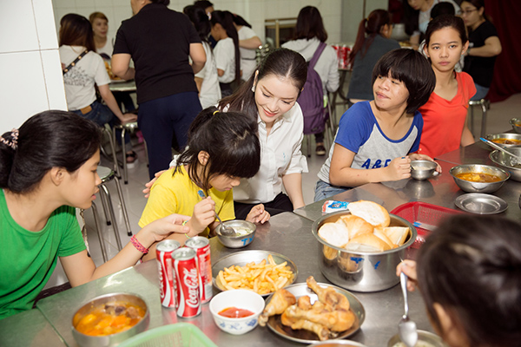 Cuối buổi giao lưu, Lý Nhã Kỳ vào bếp dùng bữa trưa cùng các em nhỏ. Cô cảm thấy vui mừng khi khẩu phần của các em được ê-kíp của mình chuẩn bị tươm tất.