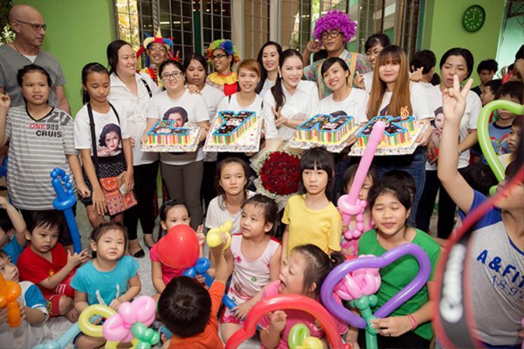 Người đẹp bất ngờ được fan tổ chức sinh nhật.