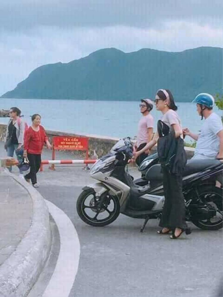 Cặp đôi Trường Giang - Nhã Phương tiếp tục diện đồ đôi trong một hoạt động khác ở Côn Đảo.