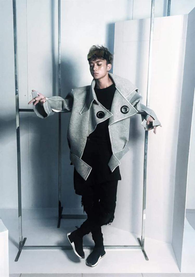 Trong một outfitkhác, Soobin cực ngầu vớithiết kế áo jacket lớn xỏ khuyên tròn từng là xu hướng một thời của các tín đồ thời trang.