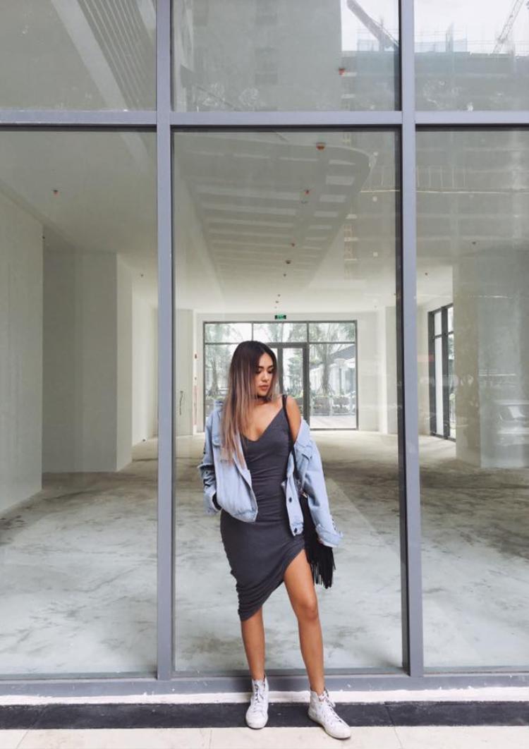 """Chính chiếc áo khoác jeans bên ngoài đã đánh lừa thị giác của người đối diện. Vì thế, Quỳnh Như đâu có ngại mặc váy ôm sát mặc dù chẳng mấy tự tin về vòng """"eo bánh mì"""" của mình."""