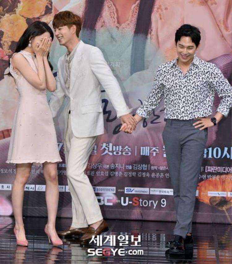 Hình ảnh tại buổi họp báo cũng được fan lục tìm lại để minh chứng cho mối tình đam mỹ này.
