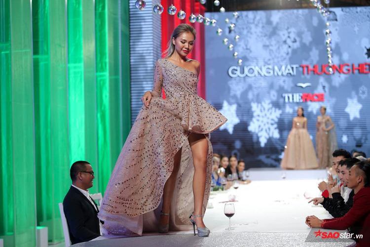 Việc cầm váy quá cao là điều tối kị khi người mẫu catwalk những show trình diễn thời trang