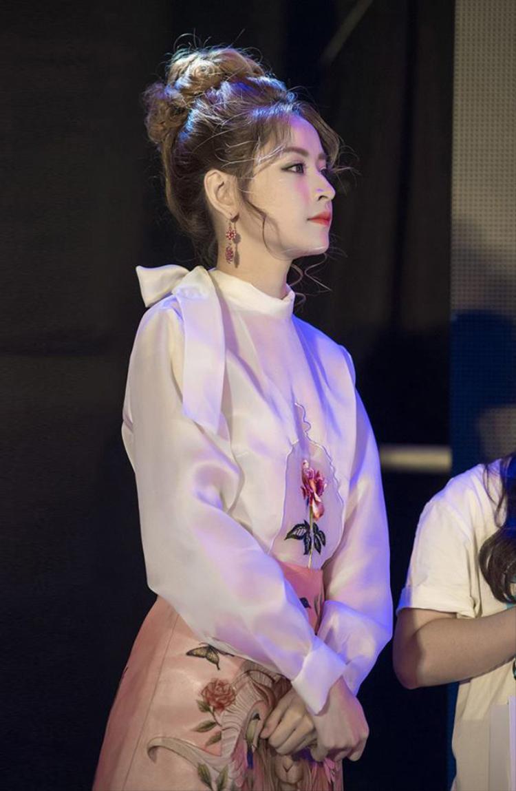 Vẻ đẹp nữ tính của thiết kế đã khiến Chi Pu xinh đẹp rạng ngời như thế này.