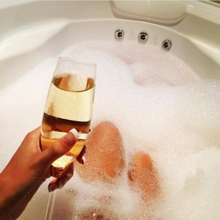 Thưởng thức sâm banh trong bồn tắm, thú vui của giới nhà giàu.