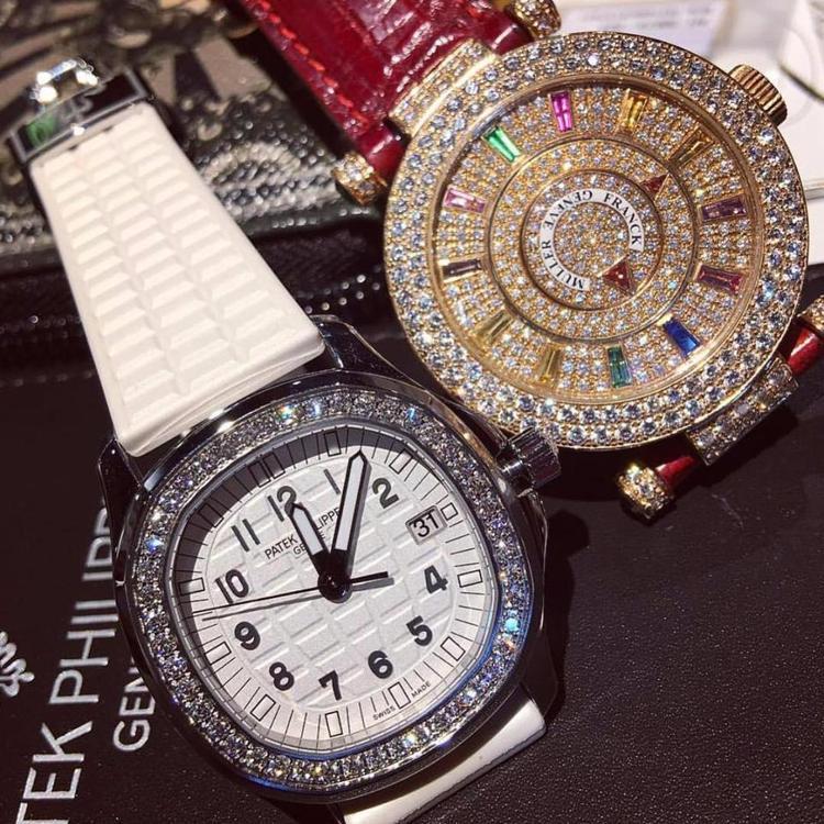 Đồng hồ được nạm đầy kim cương.