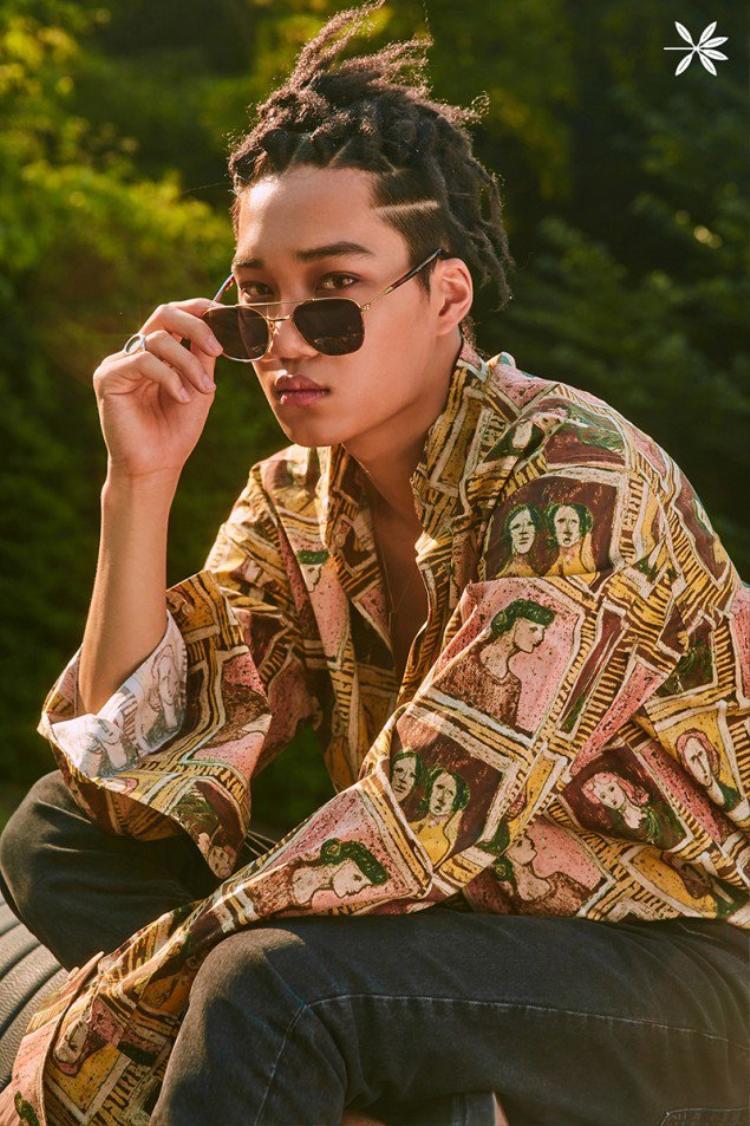 Trong một khoảnh khắc khác, Kai chọn áo sơ mi của Burberry 485 USD (11 triệu).