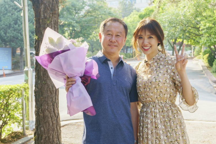 Khoảnh khắc Hari Won rớt nước mắt, hạnh phúc gặp lại thầy chủ nhiệm cũ.