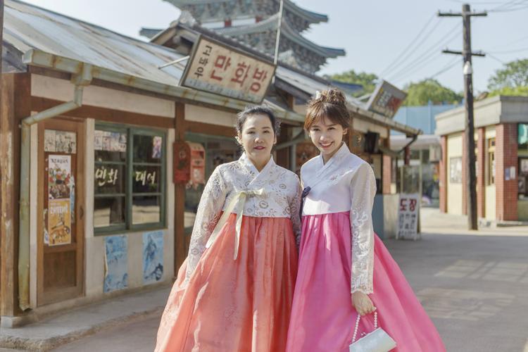Hari Won cùng mẹ diện trang phục truyền thống hanbok trong chuyến về Hàn Quốc ghi hình cho bộ phim tài liệu.