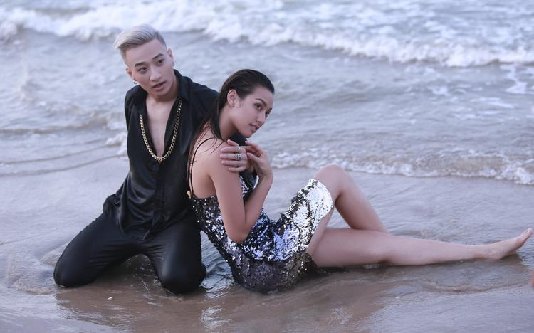 Trang phục và hình tượng của MV được đầu tư từ khách mời cho đến từng dancer, điều này cho thấy đối với Adam không có bất cứ sản phẩm nào là đối phó và thực hiện sơ sài cả.