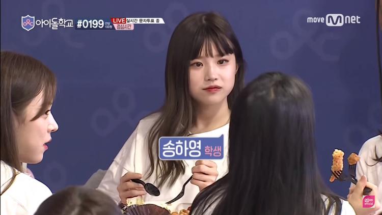Nữ sinh dẫn đầu Hayoung cũng không kiềm lòng được trước thức ăn.