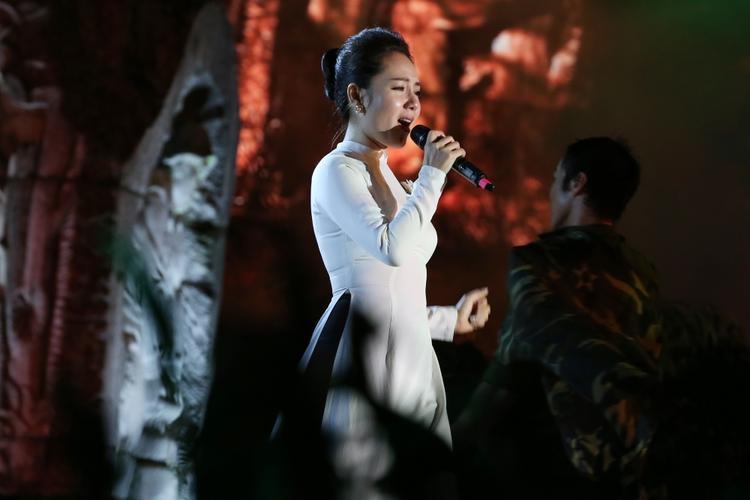 Phương Linh không ngăn được nước mắt khi thể hiện ca khúc Hát về anh.