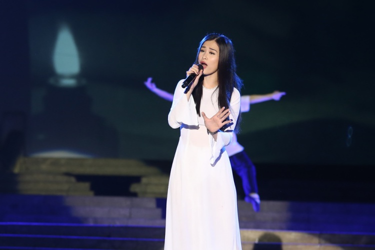 Đông Nhi mong manh trong tà áo dài trắng.