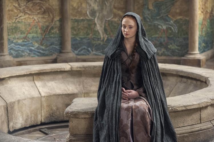 Sansa như con cờ bị chuyền từ tay người này qua người khác.