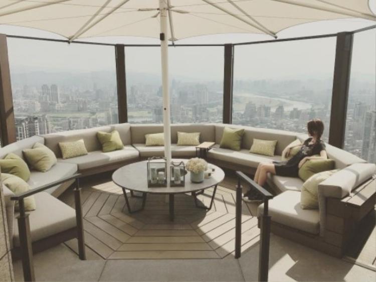 Hình ảnh Côn Lăng ngắm cảnh thành phố trong căn biệt thự siêu sang trọng khiến cư dân mạng không khỏi trầm trồ, ngưỡng mộ.