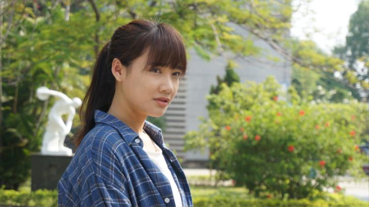 Thậm chí, trong phim, Nhã Phương chấp nhận hi sinh ngoại hình. Cô ít trang điểm, mặc các bộ quần áo giản dị nhưáo phông, áo sơmi kẻ caro rộng và quần bò.