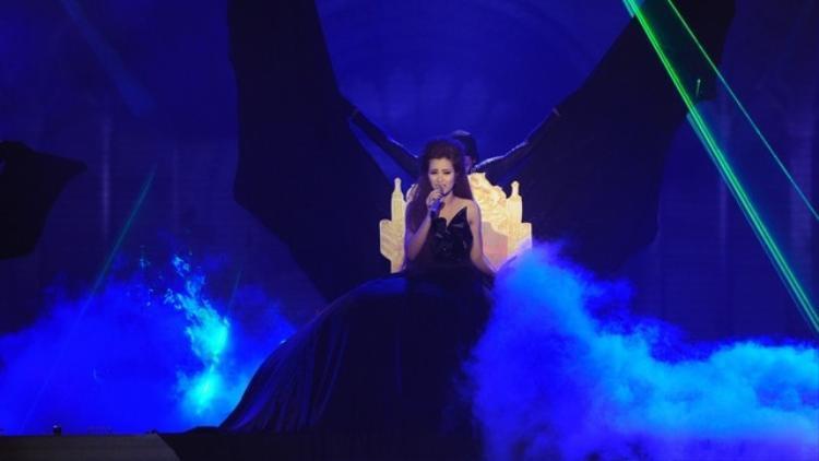 Đông Nhi từng chỉ ngồi 1 chỗ và đưaVì ai vì anh trở thành hit ngay trên sân khấu The Remix.