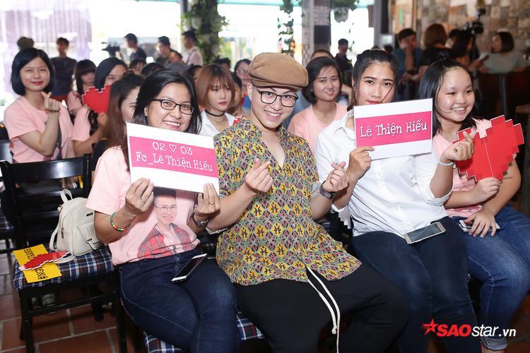 Đông đảo người hâm mộ có mặt để ủng hộ MV đầu tay của thần tượng.
