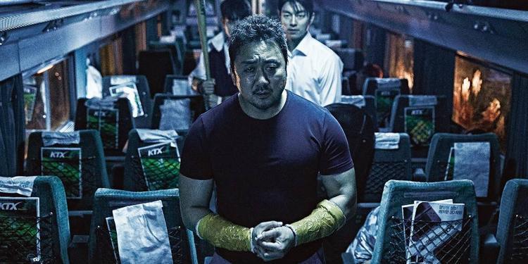 Dù hi sinh với tâm nguyện nhỏ bé là bảo vệ vợ cùng đứa con nhỏ chưa ra đời, Sang Hwa (Ma Dong Seok) vẫn là một người anh hùng trong lòng khán giả.