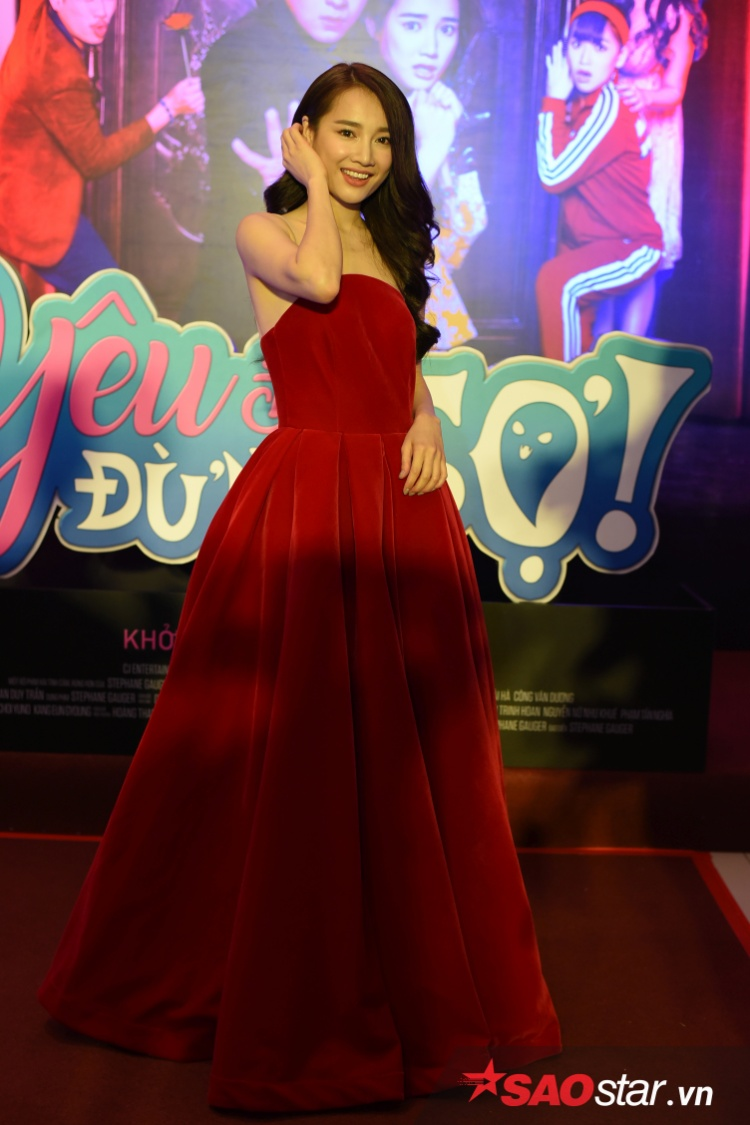 Bộ váy đỏ khiến cô nổi bật trong buổi ra mắt.