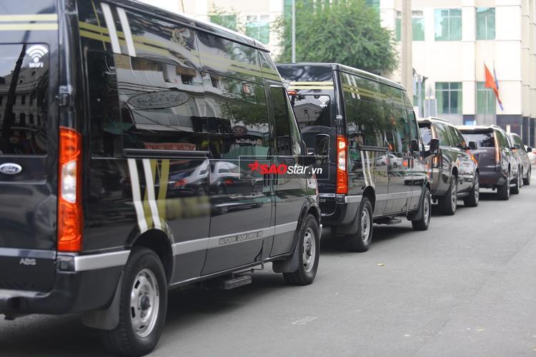 5 chiếc siêu xe nối đuôi nhau trên đường, rời khỏi khách sạn nơi Ariana nghỉ ngơi.