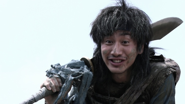 """Ở bộ phim cổ trang xoay quanh vấn đề phân tranh quyền lực, đầy chiến tranh, bom đạn """"Battlefield Heroes"""", Moon Di do Kwang Soo thủ vai vẫn gây cười bởi khuôn mặt nhem nhuốc, hài hước."""