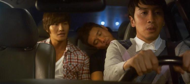"""Thấu hiểu tâm tư fanboy, Lee Kwang Soo thể hiện một cách hài hước sự cuồng nhiệt trong đêm diễn thần tượng ở """"Wonderful Radio""""."""