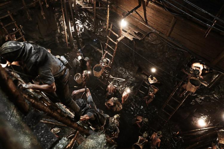 Khung cảnh hàng trăm người dân Triều Tiên lao động khổ sai dưới hầm mỏ gây ám ảnh người xem.